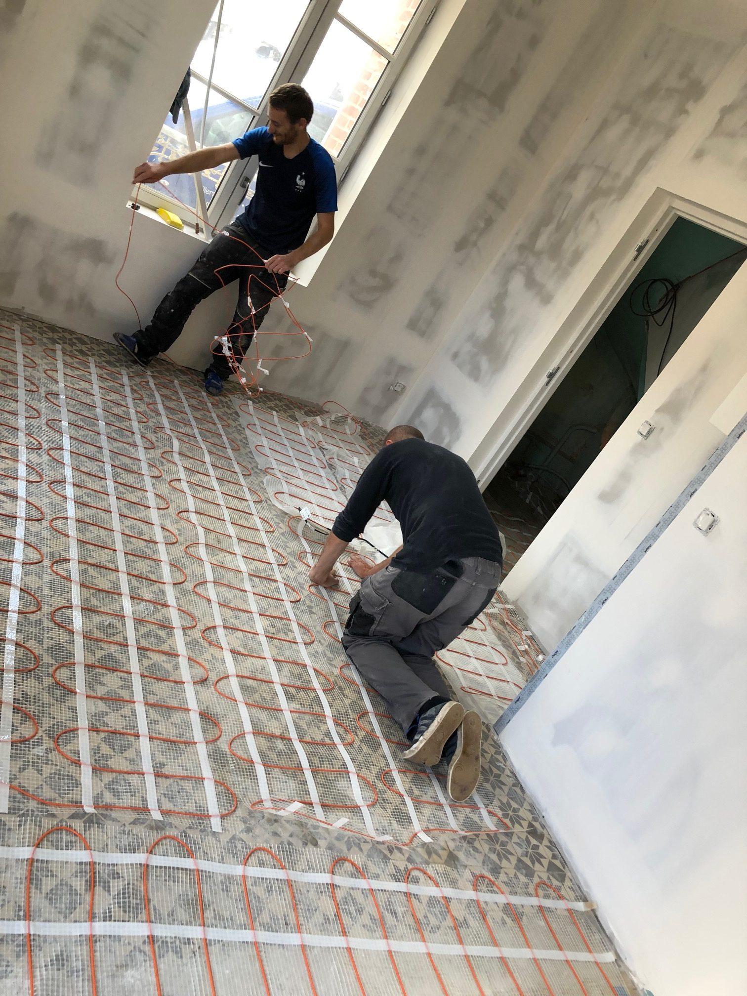 Pause d'un plancher chauffant spécial rénovation sur carrelage existant et noyer dans seulement 2 cm de réagréage  avant repose de carrelage avec notre partenaire Thermor